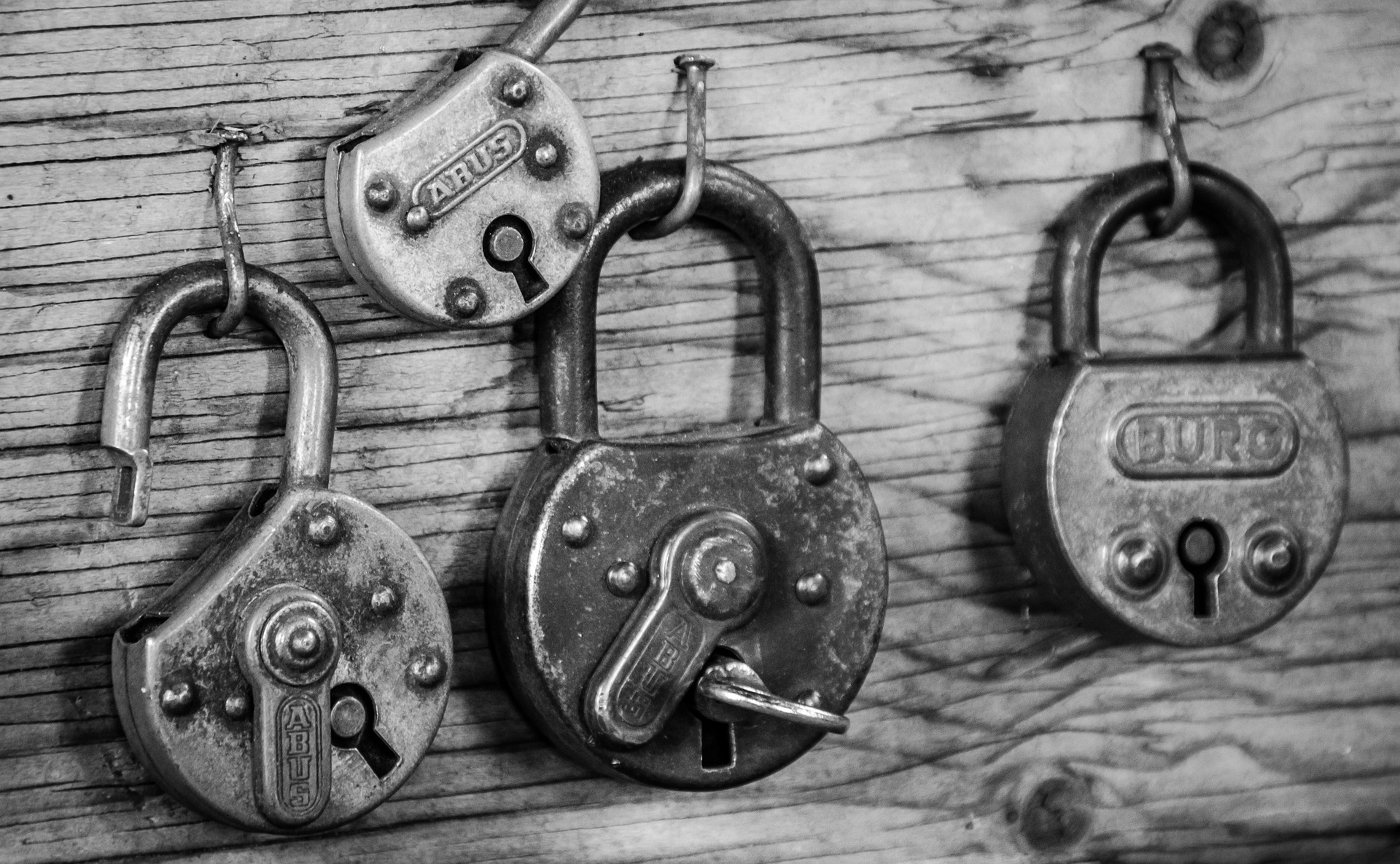 padlocks illustrate the secure aspect of the PHP Twitter API flow